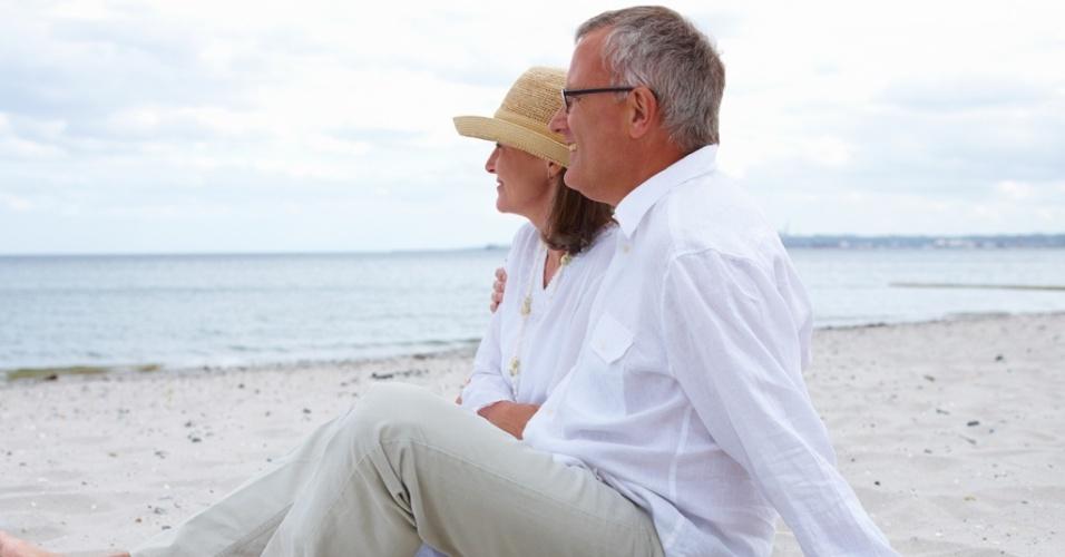 Mídia indoor, casal, união, casamento, vida, envelhecer, aposentar, aposentadoria, separar, idoso, idosa, par, praia, avô, avó, passeio, férias, mar, amor, separar, separação, família, aposentado, relaxar, romance, comportamento, areia, matrimônio