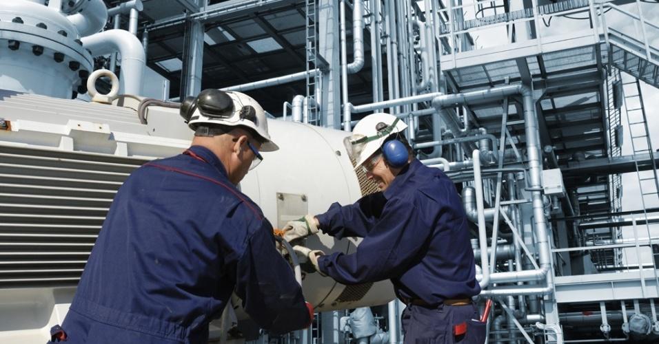 Mídia indoor, homem, manutenção, construção, engenheiro, engenharia, fábrica, gás, indústria, industrial, profissão, mecânico, óleo, petróleo, encanamento, tubulação, poluição, refinaria, tecnologia, trabalhador