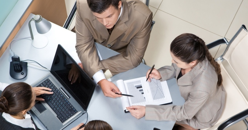 Mídia indoor, negócio, finança, sócio, homem, mulher, consulta, consultar, escritório, trabalho, emprego, executivo, interação, reunião, documento, profissional, profissão, administração, administrador, análise,estatística, gráfico, celular, laptop