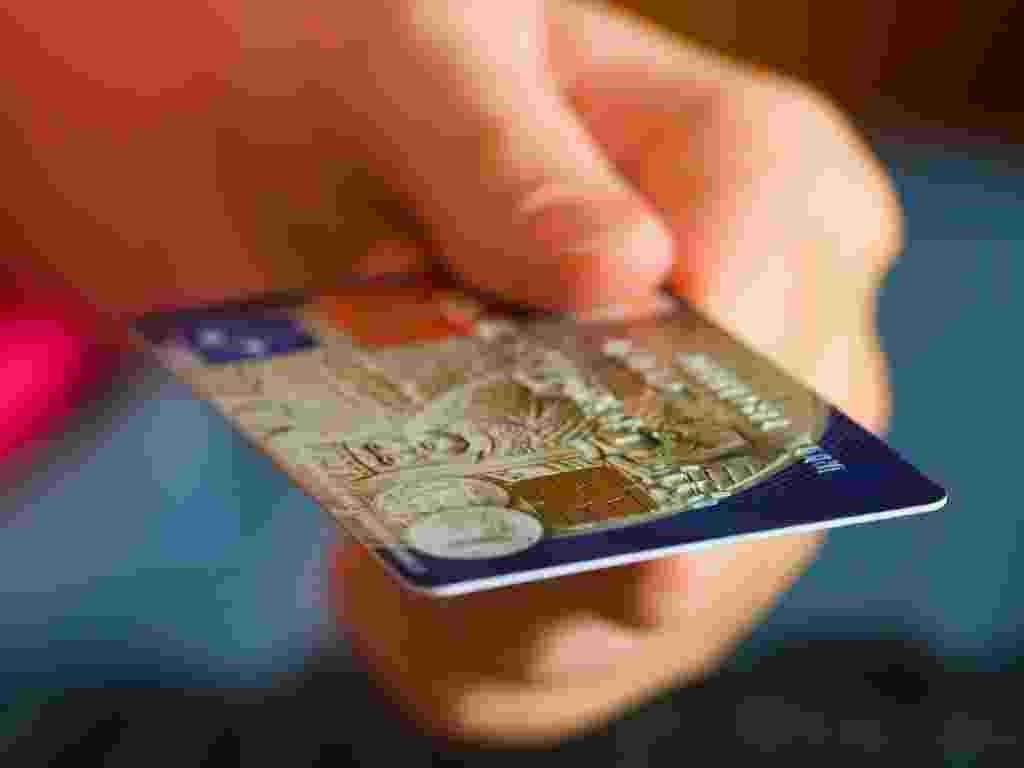 Mídia indoor, dinheiro, pagamento, crédito, débito, cartão, cartão de crédito, creditar, banco, operação, bancária, moeda, negócio, comércio, consumidor, consumir, consumo, venda, compra, venda, transferência, transação - Shutterstock