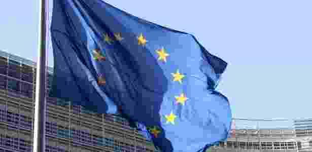 Bandeira da União Europeia em frente à sede da instituição em Bruxelas, na Bélgica - Shutterstock