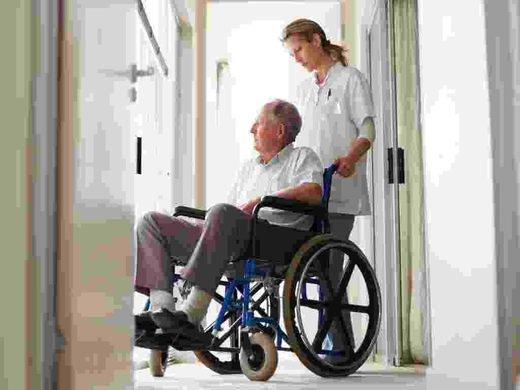 mídia indoor, ciência e saúde, velho, idoso, terceira idade, envelhecimento, envelhecer, doente, doença, cadeirante, cadeira de rodas, enfermeira, médico, medicina, hospital, avô, paciente, asilo, aposentado, aposentadoria - Shutterstock