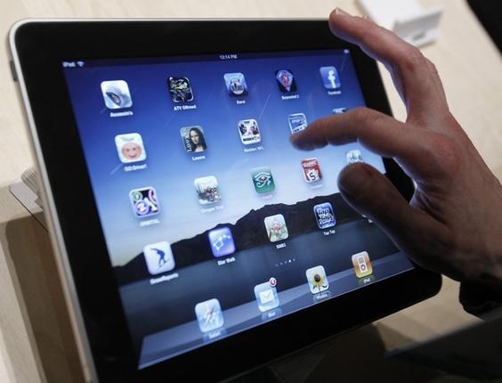 Lançamento de dispositivos móveis, como o iPad (f), aquece o mercado de livros eletrônicos