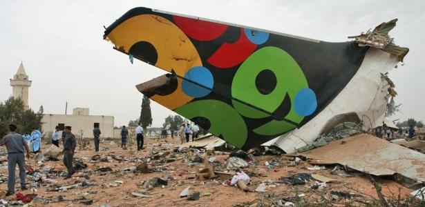 Equipes de resgate e de segurança vasculham destroços do avião que caiu na Líbia