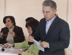 O presidente colombiano, Álvaro Uribe, vota durante eleições presidenciais em Bogotá