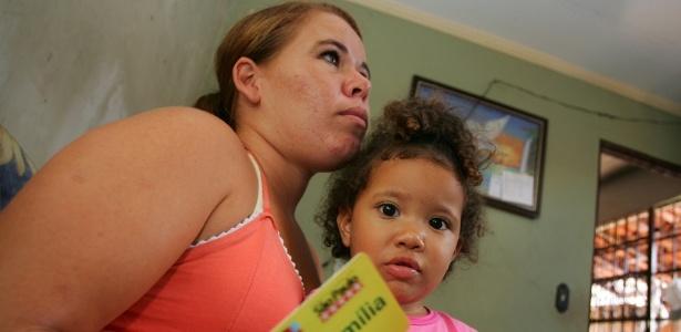 Vanessa Alves de Araújo com a filha Yasmim, beneficiárias do Bolsa Família em Batatais (SP); programas de combate à pobreza ajudam na melhora do IDH do Brasil - Silva Júnior/Folhapress