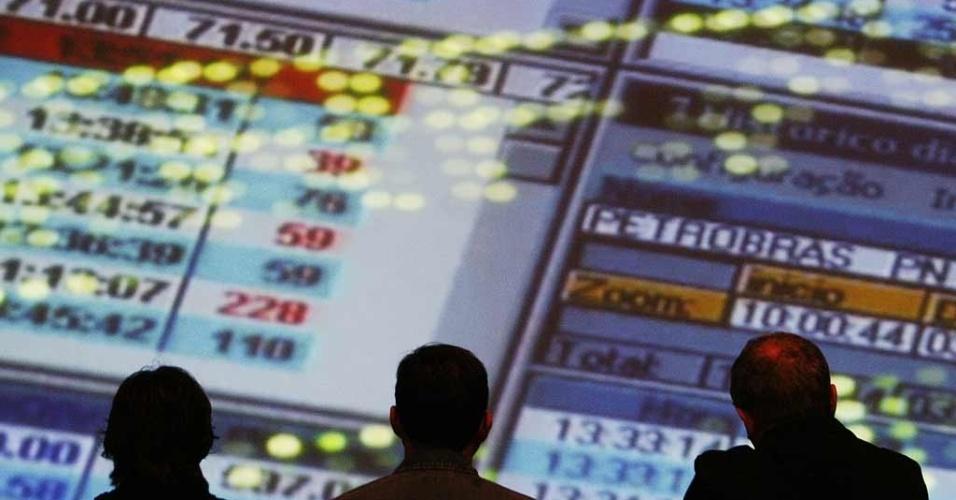 Mídia Indoor, WAP, Mercado Financeiro, Ícone, Operadores observam índices em painel na Bovespa, em São Paulo (SP) (5/out/2008) - Bolsa