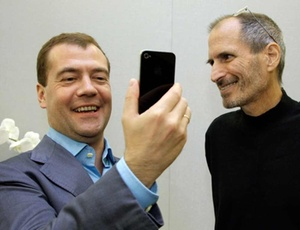 Dmitry Medvedev, presidente da Rússia, ganha iPhone 4 das mãos de Steve Jobs, diretor-executivo da Apple