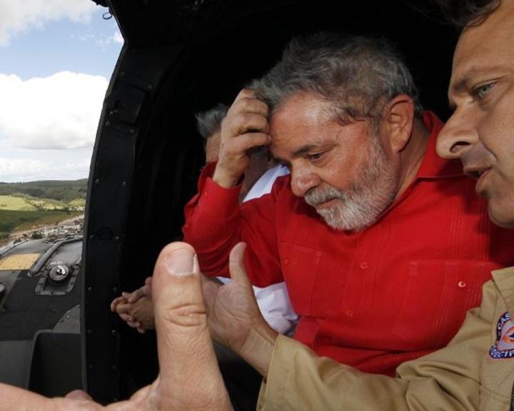 Mídia, wap: Presidente Luiz Inácio Lula da Silva sobrevoa áreas atingidas pelas enchentes de Pernambuco ao lado do governador do Estado, Eduardo Campos