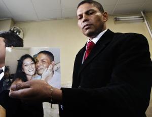 Mizael Bispo dos Santos (que na imagem mostra foto sua com Mércia) é esperado hoje no DHPP