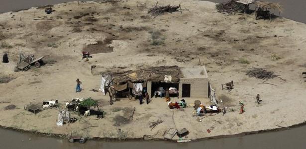 Família paquistanesa fica ilhada após inundações atingirem província de Sindh, no sul do país