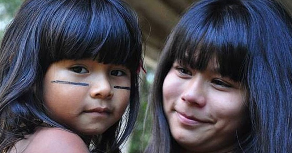 Eunice Baia encontra a nova indiazinha do filme 'Tainá 3' durante filmagens