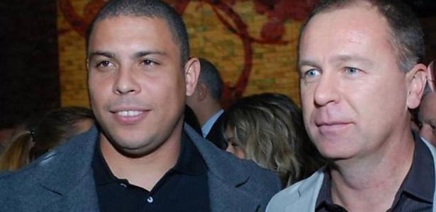 Ronaldo e Mano Menezes juntos; técnico pediu calma ao ex-jogador