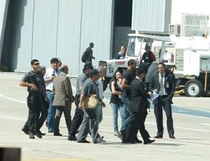 Bruno e Macarrão chegam de avião ao Rio