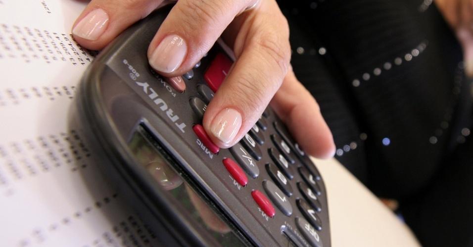Mídia indoor, wap: Calculadora, gasto, dinheiro, juros, dívidas, financiamento, finanças, economia, dinheiro, consumo, prestação, mercado