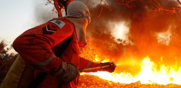 Incêndio atinge faixa do cerrado entre o CCBB e o Congresso Nacional, em Brasília