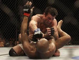 Chael Sonnen fez uma luta histórica contra Anderson Silva, no UFC 117, pelo cinturão dos pesos médios. Depois de bater no brasileiro por quatro rounds, acabou levando um triângulo no final da luta e foi derrotado em uma das maiores viradas do MMA. No último fim de semana, foi revelado o doping positivo de Sonnen.