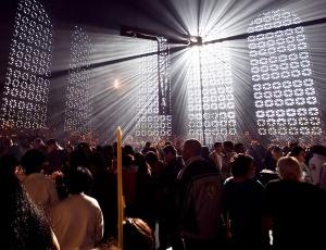 Fiéis no Santuário de Aparecida (SP); o Brasil ainda é o país com maior número de católicos no mundo, mas o número vem caindo