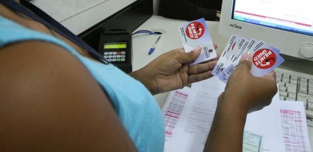 Atendente faz recarga de bilhete único em São Paulo
