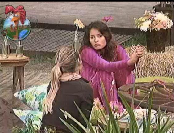 Janaína (de costas) e Carol se desentenderam definitivamente durante o Jogo da Verdade. Só não bato palma para maluco dançar mais, disse a morena ao final da atividade
