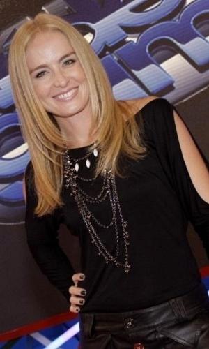 """A apresentadora Angélica posa no cenário do """"Video Game"""" (7/4/11)"""