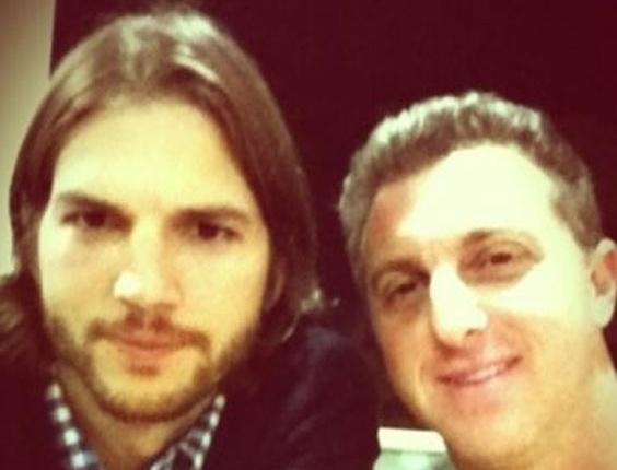 TV, wap, celular; Ashton Kurtcher, Luciano Huck, ator, apresentador, foto, Twitter, visita, Brasil