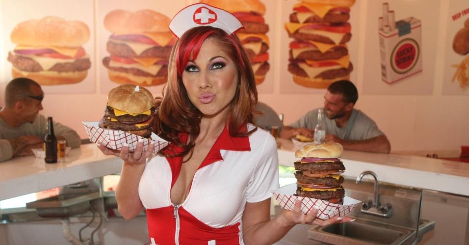 Lanchonete Heart Attack Grill, de Dallas, nos Estados Unidos, serve comida altamente calórica e o mais insalubre possível, como hambúrguer que tem 8.000 calorias