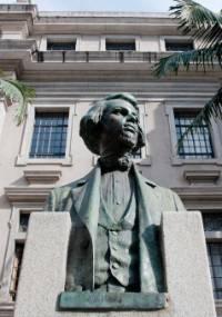 Busto de Álvares de Azevedo no Largo São Francisco, em São Paulo