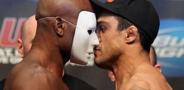 Anderson Silva usa máscara para encarar Vitor Belfort na pesagem do UFC 126