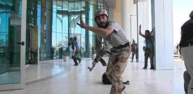 Uma semana após os rebeldes terem tomado a antiga fortaleza de Muammar Gaddafi, grande parte de seu território permanece dividido em feudos, cada um controlado por brigadas semi-independentes que representam diferentes áreas geográficas - Sergey Ponomarev/AP