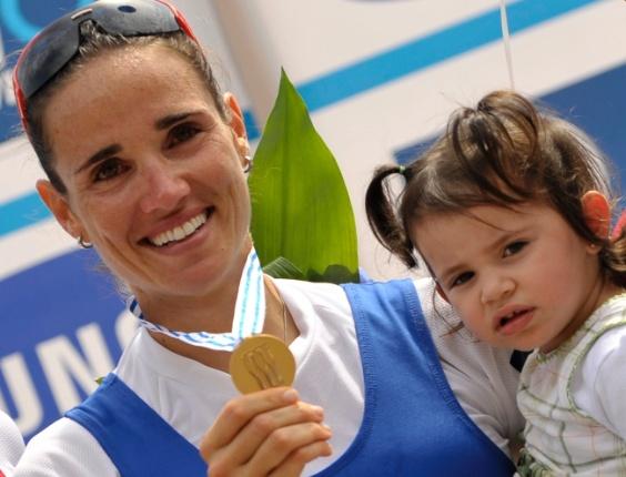 Fabiana Beltrame comemora com medalha de ouro e a filha Alice no colo, quebrando o protocolo no pódio do Mundial de remo