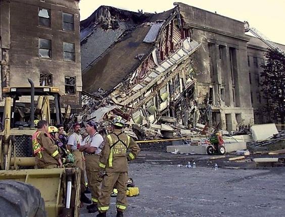 Bombeiros fazem uma pausa no local que foi alvo de um ataque terrorista, no Pentágono, no 11 de Setembro