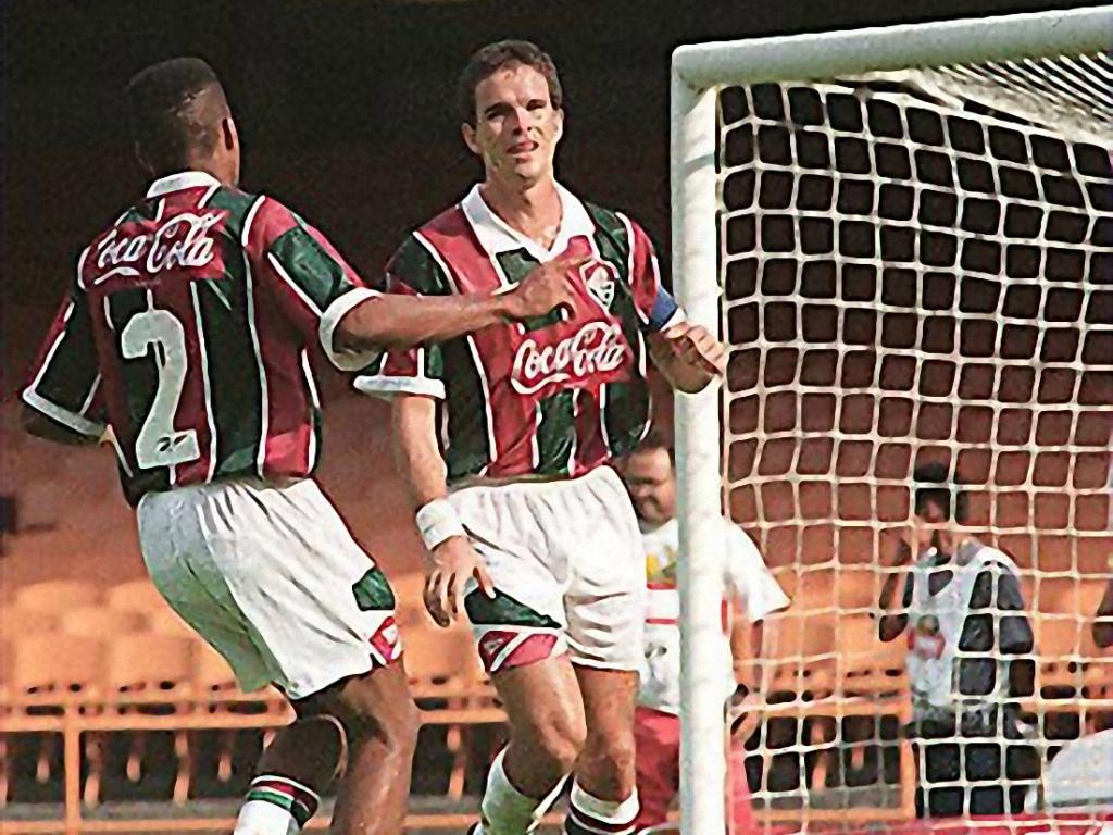 Campeonato Brasileiro de Futebol 1994; Fluminense 4x1 Palmeiras: o atacante Ézio [de frente], do Fluminense, comemora seu gol durante jogo contra o Palmeiras no estádio do Maracanã.