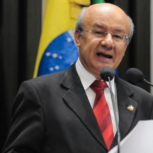 O senador José Pimentel (PT-CE) quer incluir parcerias com o setor privado na partilha dos recursos para educação - Geraldo Magela/Agência Senado