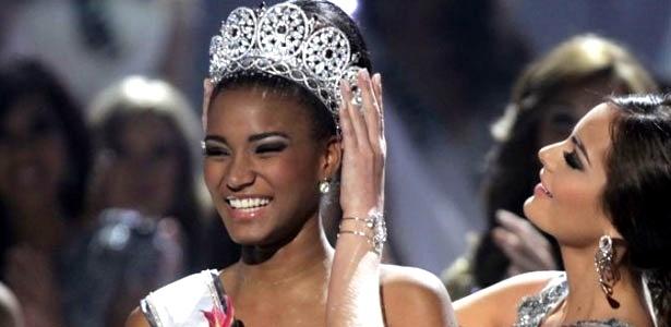 A angolana Leila Lopes, 25, a Miss Universo 2011, recebe a coroa da mexicana Ximena Navarrete: ambas têm maquiagem com foco nos olhos - Andre Penner/AP