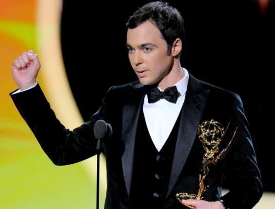 """Ator Jim Parsons, o Sheldon do """"The Big Bang Theory"""", recebe prêmio de melhor ator de comédia no Emmy 2011"""