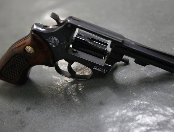 Revólver calibre 38 usado por aluno de dez anos que atirou em professora e se matou em seguida na Escola Municipal Alcina Dantas Feijo, no bairro Nova Gerty, em São Caetano do Sul, ABC paulista