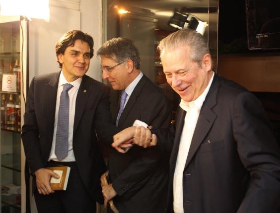 """José Dirceu recebe o deputado Gabriel Chalita (à esquerda) e o ministro do Desenvolvimento, Fernando Pimentel, durante lançamento de seu livro """"Tempos de Planície"""", nesta quarta-feira (28), em restaurante de Brasília"""