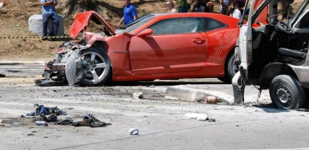 Camaro destruído após acidente que deixou cinco pessoas feridas na av. Inajar de Souza, na zona norte