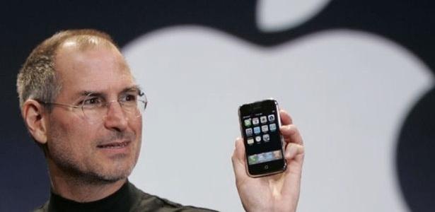Steve Jobs segura iPhone, uma das invenções do fundador da Apple - Reuters