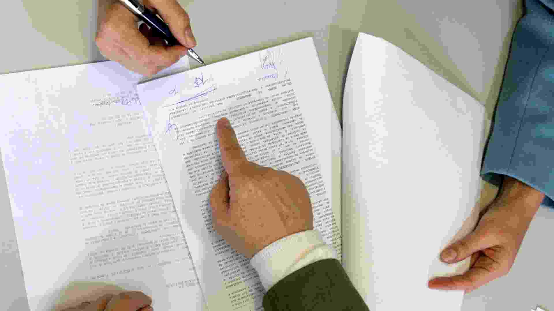 Simulação de assinatura de contrato de empréstimo entre cliente e gerente de banco, ou de contrato de aluguel, compra e venda de imóvel etc - Rafael Hupsel/Folhapress