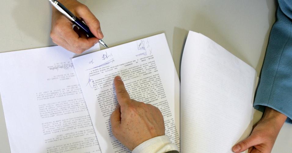Simulação de assinatura de contrato de empréstimo entre cliente e gerente de banco, ou de contrato de aluguel, compra e venda de imóvel etc