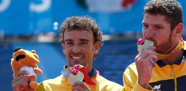 Emanuel e Alison comemoram a medalha de ouro no vôlei de praia no Pan