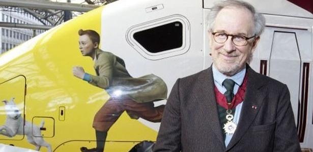 """Spielberg posa em frente ao trem que levou toda a equipe de """"As Aventuras de Tintin: O Segredo do Unicórnio"""" da estreia de Bruxelas até a estreia em Paris"""