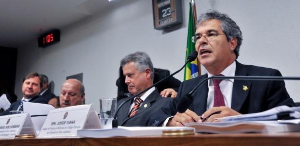 À direita, o relator Jorge Viana (PT-AC)