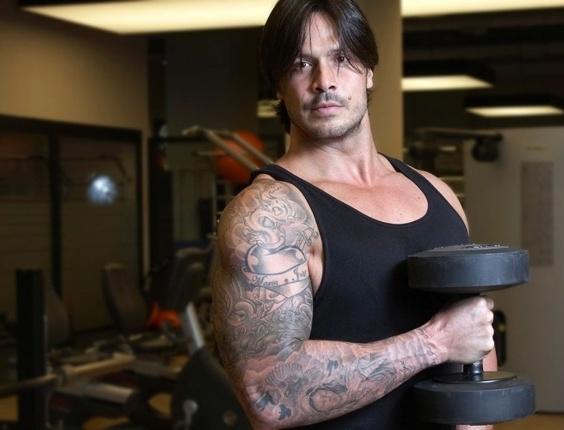 Modelo Flávio treina forte para levar a notoriedade da TV para o mundo do fisiculturismo