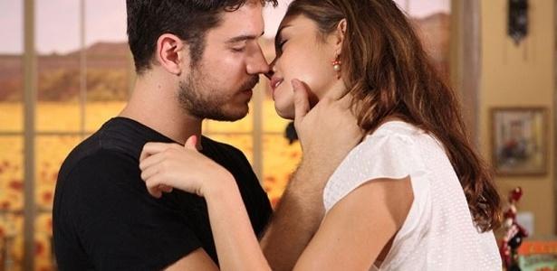Rafael marca encontro com Amália em sua casa e ela fica presa no incêndio
