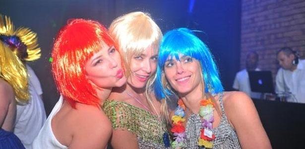 Paola Oliveira, Angélica e Carolina Dieckmann usam perucas coloridas na festa de Ano-Novo realizada na casa da apresentadora. A foto foi postada por Luciano Huck em seu Twitter (31/12/11)