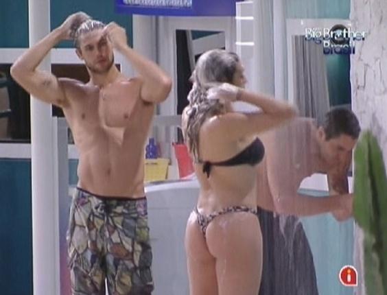 Jonas e Monique tomam banho na ducha externa da casa (27/1/12)