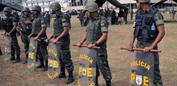Manifestantes a favor da greve dos policiais militares entram em confronto com as tropas federais que cercaram a Assembleia Legislativa da Bahia, em Salvador, na manhã de segunda-feira (6)